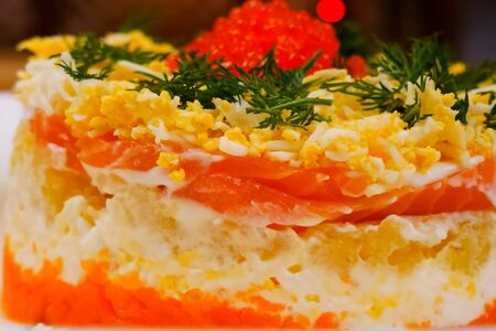 torta con pesce rosso, uova di gallina bollite e caviale rosso. Archivio Fotografico