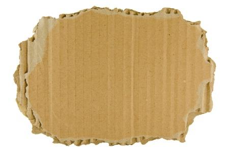carton: bruine gescheurde karton geïsoleerd op de witte achtergrond