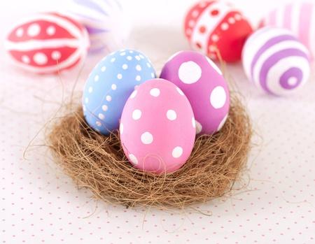 둥지에 다채로운 부활절 달걀을 그렸다.