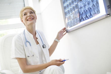 resonancia magnética: Doctors Examining MRI Scans