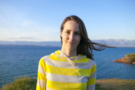 mujer mirando el horizonte: Retrato de mujer en la playa