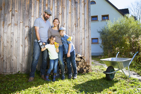 carretilla: Family in garden with wheelbarrow, Munich, Bavaria, Germany LANG_EVOIMAGES