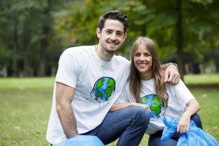 altruismo: Adolescentes, voluntarios, hacer, basura, limpieza, parque LANG_EVOIMAGES