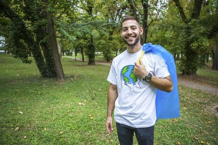 altruismo: Voluntario adolescente haciendo limpieza de basura en el parque