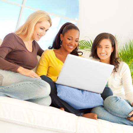 net surfing: Tre amici godendo la navigazione in rete insieme.