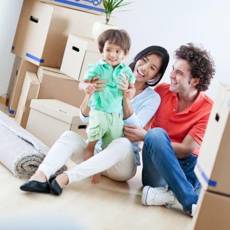 pareja en casa: Familia feliz joven que se relaja despu�s de que se han trasladado a su nuevo hogar. Foto de archivo