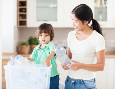 ni�os reciclando: Una madre que ense�a a su peque�o hijo sobre la importancia del reciclaje. Foto de archivo