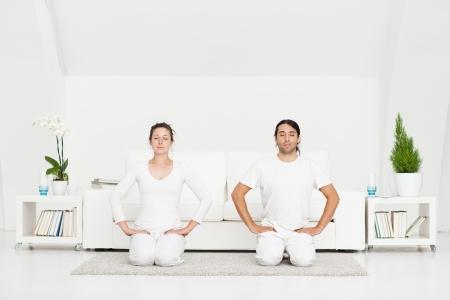 buena postura: Pareja en la posici�n de yoga h�roe.