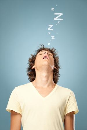 Un suono giovane uomo addormentato in piedi.