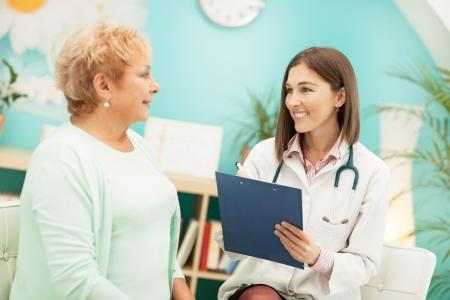 sobre peso: Doctor y su paciente durante el examen médico.