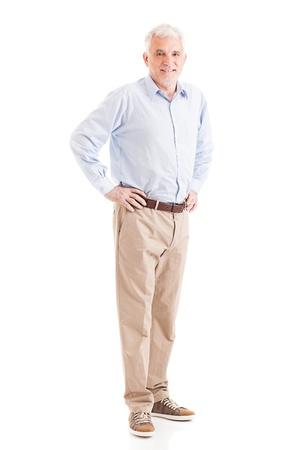 mani sui fianchi: Casualmente vestito uomo anziano in posa con le mani sui fianchi.