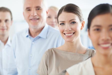 razas de personas: Los miembros de un equipo de negocios exitosos en primer plano.