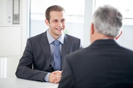 dos personas hablando: Un candidato a un puesto de trabajo a hablar con el entrevistador. Foto de archivo