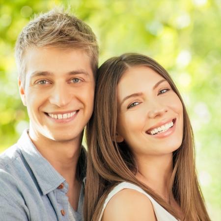 mooie vrouwen: Een leuk paar in liefde poseren.