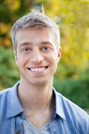 hombres jovenes: Un retrato de un apuesto joven posando al aire libre. Foto de archivo
