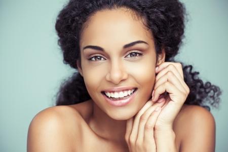 femme noire nue: Portrait d'une belle jeune femme africaine souriante.