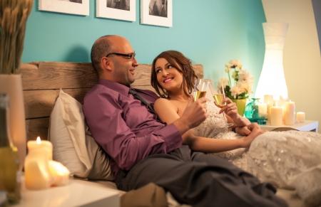 Echtpaar roosteren op hun toekomstige leven samen voor hun eerste huwelijksnacht.