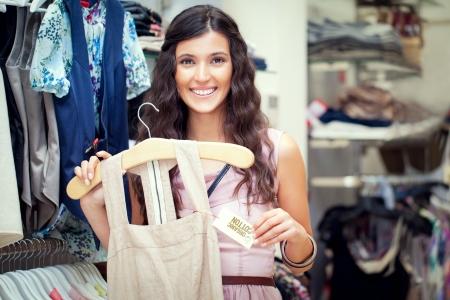 organic cotton: Una bella donna l'acquisto di un abito di cotone organico.