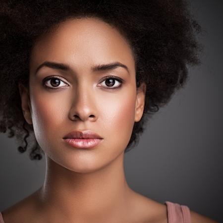 femme africaine: Portrait d'une femme africaine avec une expression sérieuse sur son visage.