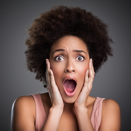 femme inqui�te: Jeune femme africaine terrifi� de quelque chose.