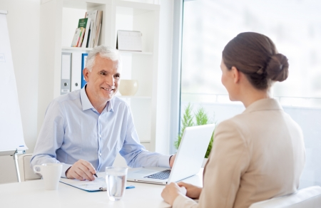 entrevista de trabajo: Solicitante sonriente en una entrevista de trabajo. Foto de archivo