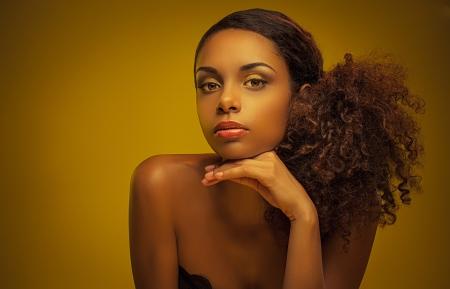 femme africaine: Portrait d'une belle jeune femme africaine. Banque d'images