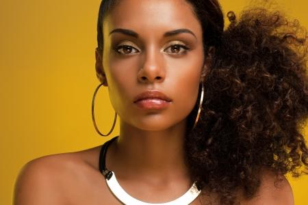 femme noire nue: Portrait d'une belle jeune femme africaine portant des bijoux en or.