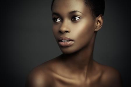 mujeres africanas: Retrato de la belleza de una mujer africana sensual. Foto de archivo
