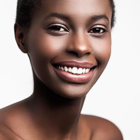 mujeres africanas: Retrato de una bella mujer africana joven sonriente.