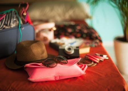 mujer con maleta: El dormitorio de la mujer llena de cosas listas para ser tomadas en vacaciones de verano.