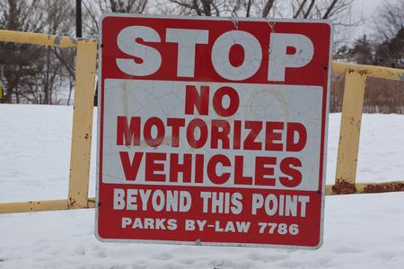 MOTORIZADO: No hay señal de advertencia de vehículos motorizados permitidos por la ley