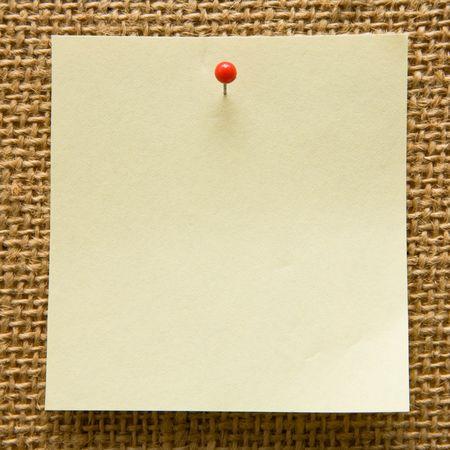 tack board: Blank nota en un tabl�n de anuncios