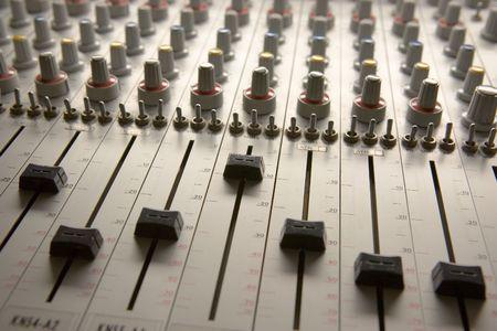 eq: Profesional bordo de la mezcla de audio de m�ltiples canales con faders y el ajuste de perillas  Foto de archivo