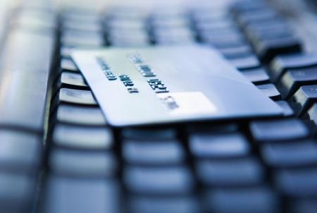 Tarjeta de crédito en un teclado de computadora