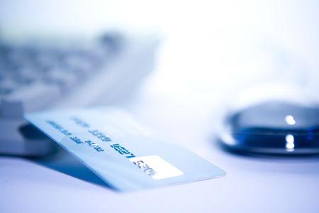 Tarjeta de crédito y computadora. En el comercio electrónico.
