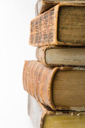 vieux livres: Pile de livres anciens sur fond blanc