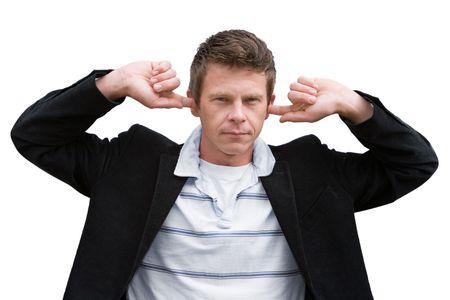 El hombre con los dedos en los oídos aislados en blanco