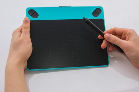 Grafisch blauw tablet in vrouwelijke handen in actie