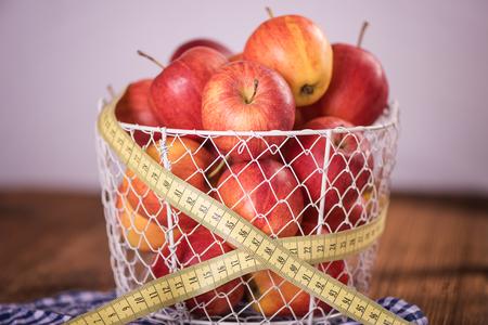 テープメジャー健康的なダイエット減量コンセプトを持つ赤いリンゴ 写真素材 - 97047493