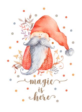 Carte de voeux de Noël avec personnage de dessin animé mignon - gnome de Noël avec longue barbe et chapeau pointu rouge. Illustration postale d'hiver de caractère scandinave avec décor floral. La magie est là Banque d'images