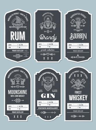 Set di etichette per bottiglie vintage con elementi etnici in stile linea sottile. Emblema dell'industria dell'alcol, attività di distillazione. Monocromatico, nero su bianco. Posto per il testo Vettoriali