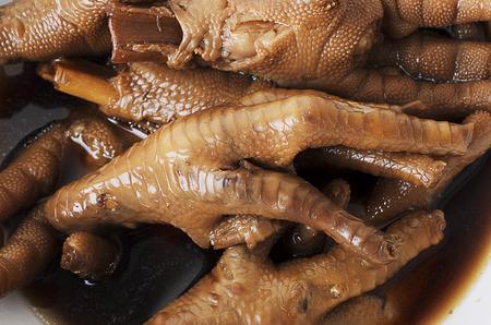 Deliciosos chinos Patas de pollo cocinadas con cerca de macro para los fondos de alimentos Foto de archivo