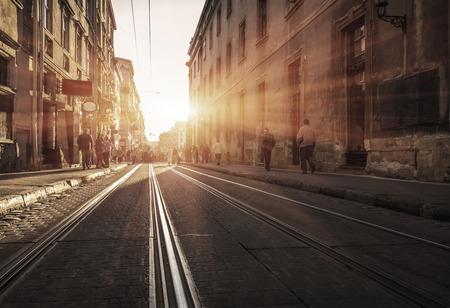 alte Straße mit Steinen und Schienen bei Sonnenuntergang zu ebnen. Alte Stadt. Schwarzweiss-Karte Standard-Bild