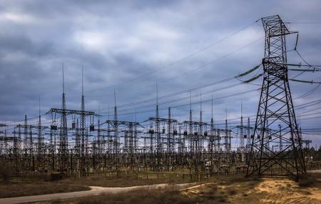 redes electricas: redes eléctricas. líneas de transmisión en altas concentraciones. vista superior. Foto de archivo