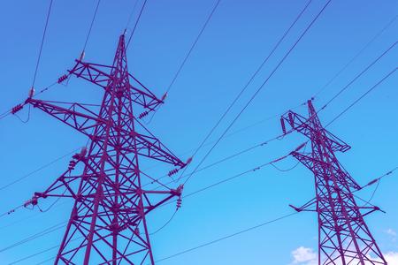 Hogespanningslijnen tegen de blauwe hemel. elektriciteit.