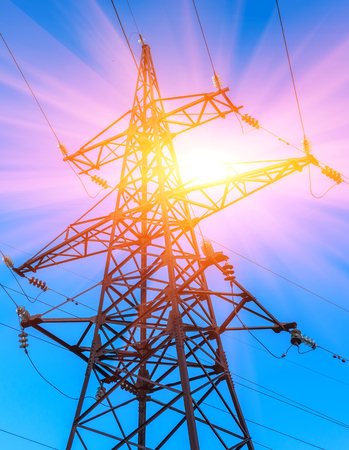 Hoogspanningslijnen tegen de blauwe hemel bij zonsondergang. elektriciteit. Stockfoto - 79282756
