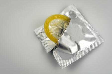 Close-up de condón aislado. Protección anticonceptiva del embarazo. Foto de archivo - 82809151