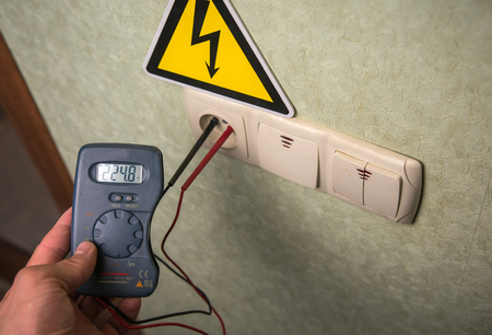 The electrician makes electrical measurements; jumps tension, electrical safety. Stockfoto
