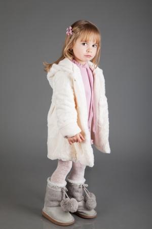 petite fille triste: Portrait d'une petite fille triste