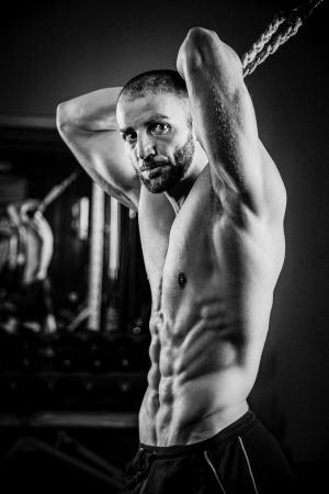 abdominal fitness: Bodybuilder que hace ejercicios